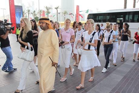 Semifinalistky v čele s Taťánou Kuchařovou a místním vysoce postaveným podnikatelem Yousifem Naeematem vstupují do obchodního komplexu Dubai Mall