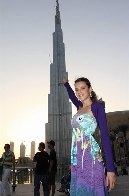 Semifinalistka Kristýna Rabštejnková u nejvyšší budovy na světě Burj Dubai