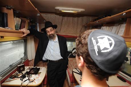 Moskevské ulice brázdí pojízdná synagoga v podobě kempingového karavanu