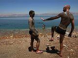 U Mrtvého moře. Tato nejníže položená vodní plocha světa vysychá, každý rok klesne hladina skoro o metr