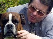 Starosta Podsedic Robert Kopecký se svým psem na zahrádce.