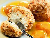 Smažené zmrzlinové knedlíčky s meruňkovým kompotem