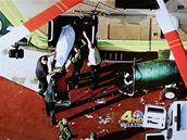 Tělo Michaela Jacksona nakládají zdravotníci v Los Angeles (26. června 2009)