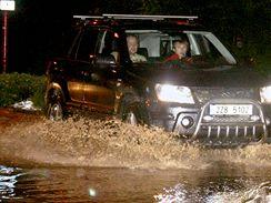 Zaplavená Zašovská ulice ve Valašském Meziříčí. (24. června 2009)