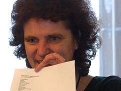 Spisovatelka Alena Zemančíková v prosinci 2001 jako porotkyně 11. ročníku soutěže Literární Šumava ukazuje báseň Vladislava Hřebíčka, který tehdy získal třetí cenu.