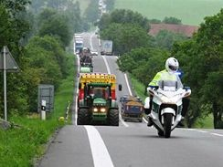 Protestující zemědělci na silnici I/43 ze Svitav do Brna