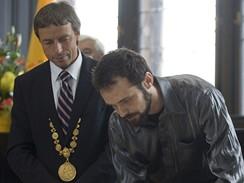 Karel Gott a Waldemar Matuška (in memoriam) převzali stříbrnou medaili Hlavního města Prahy