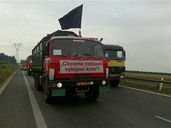 Protestující zemědělci blokují provoz v okolí Plzně. Nad autem jim vlaje černá vlajka. Zemědělci musejí kvůli nízkým výkupním cenám méka vybíjet krávy (29. června 2009)