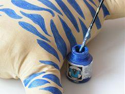"""7/ Vhodnou barvou na textil štětcem namalujte """"divoké"""" skvrny na tělíčko kočky. Pokud si bez předlohy nejste jistí, předkreslete si předem tvary na látku tužkou."""