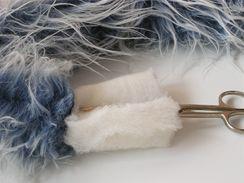 9/ Hotový ocas vyplňte nejlépe ustřiženým proužkem vatelínu. Pokud chcete, aby byl ocásek  tvarovatelný a udržel si požadovaný tvar, provlečte ocáskem drátek.