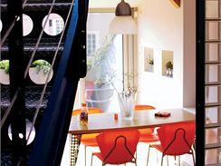 Plastové židle barevně ladí s kuchyní