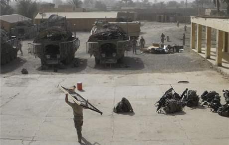 Američtí vojáci nakládají jejich věci v základně v Bakubě. (30. června 2009)