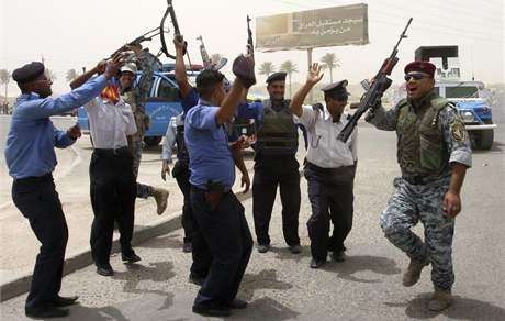 Členové iráckých bezpečnostních složek slaví odchod amerických vojsk z iráckých měst. (30. června 2009)