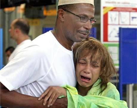 Příbuzní obětí leteckého neštěstí společnosti Yemenia na letišti ve francouzské Marseille