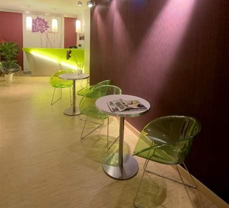 V barevně veselém lobby se často objevuje snadno udržovatelný plast