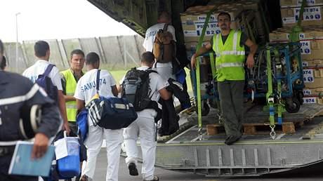 Francouzští záchranáři nakládají materiál potřebný při záchranných pracech