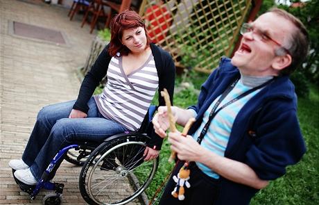 Marie Šmídová pozoruje jednoho z klientů chráněného bydlení o.s. Portus pro lidi s mentálním či jiným postižením na Slapech