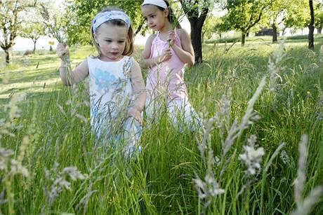 Na světlém oblečení je sice případné klíště dobře vidět, stejně ale není úplně ideální nechat děti polonahé běhat ve vysoké trávě.