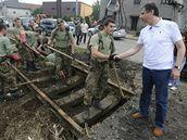 Premiér Jan Fischer, který odletěl na inspekci do Moravskoslezského kraje, se zdraví s vojáky odstraňujícími na okraji Nového Jičína škody po záplavách. (30.6.2009)