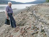 Josef Ondra míří k základům zatopené vesnice.