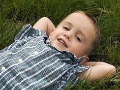 Kdy jindy než o prázdninách mají děti možnost válet se v trávě. Raději ale používajte repelenty proti klíšťatům a průběžně děti prohlížejte.
