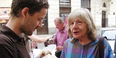 Jan Bílek, který založil komunitu Sant' Egidio, s jednou z žen ulice u kostela svatého Jakuba.