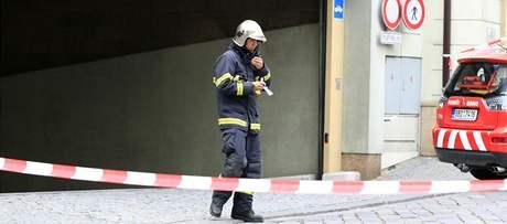 Hasiči a záchranáři zasahovali 3. července v brněnském nákupním a zábavním centru Velký Špalíček. Šestačtyřicetiletému muži zavalila bezmála dvoutunová trafostanice nohy a ruku.