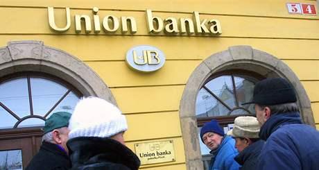 Klienti zkrachovalé Union banky před uzavřenou pobočkou v Plzni (20. února 2003)