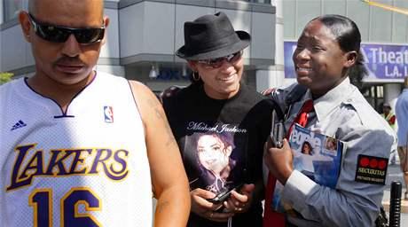Fanoušci Michaela Jacksona před halou Staples Center v Los Angeles