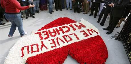 Milujeme tě, vzkazují fanoušci Michaelovi Jacksonovi před Staples Centrem