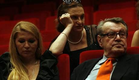 Miloš Forman s manželkou v doprovodu herečky Evy Holubové.