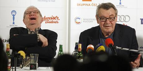Režisér Miloš Forman s hercem a hudebníkem Jiřím Suchým.