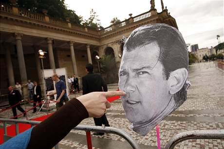 Papírový Antonio Banderas se přijel podívat na charitativní večírek Slunečnice.