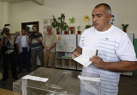 Sofijský starosta a lídr opozice Bojko Borisov u volební urny (5. července 2009).