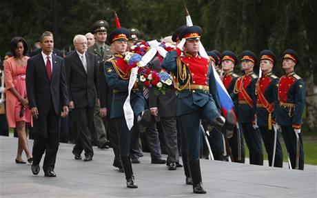 Prezident Obama a jeho žena se v Moskvě účastní ceremonie kladení věnců u hrobu neznámého vojína.
