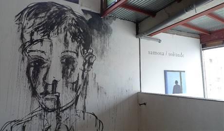 Výstava Čtrnáct S v pražském DOXu. Vlevo dílo Josefa Bolfa, vpravo Ivany Lomové.