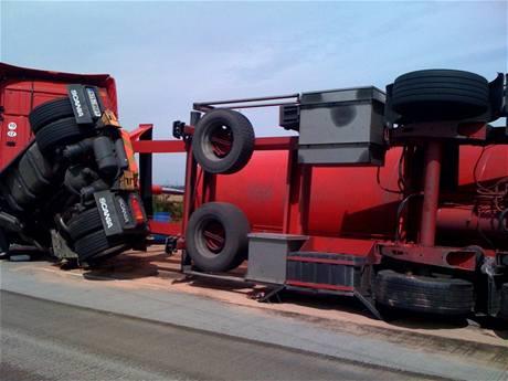 Převrácená cisterna na dálnici D11 (6. čercence 2009)