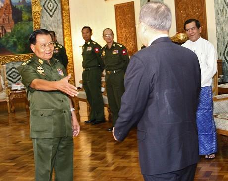 Generál barmské junty Than Šwei (vlevo) s generálním tajemníkem OSN (3.7.2009)