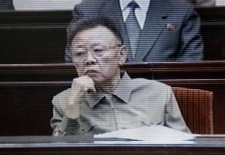 Kim Čong-il na slavnostním shromáždění u příležitosti 15. výročí úmrtí jeho otce Kim Ir-sena (8. července 2009)