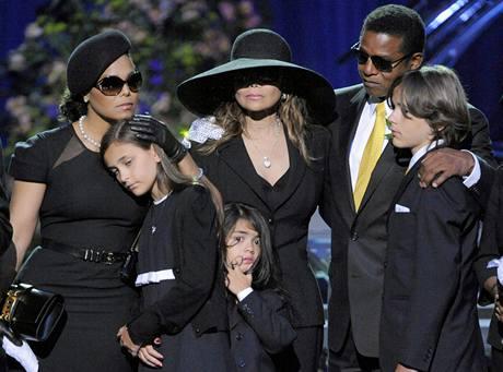 Jacknova sestra Janet, dcera Paris, sestra La Toya, bratr Randy a syn Princ Michael II na smutečním obřadu ve Staples Centru v Los Angeles