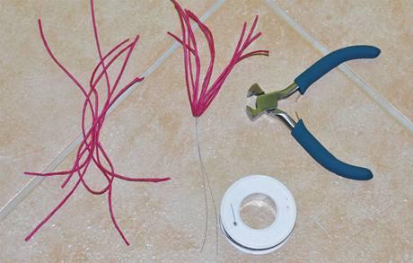 1/ Na pestíky si z tenkého twistartového provázku nastříhejte 6 kousků dlouhých zhruba 10 cm.