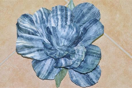 5/ Na spodek květiny dolepte ještě zelený okvětní lístek ustřižený ze zeleného širokého twistartového provázku a základ květiny máte hotový.