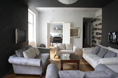 Vysoké stropy dovolily použití tmavě šedé barvy na stěnách