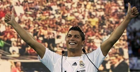 Cristiano Ronaldo se dočkal velkolepého přivítání od fanoušků Realu Madrid.