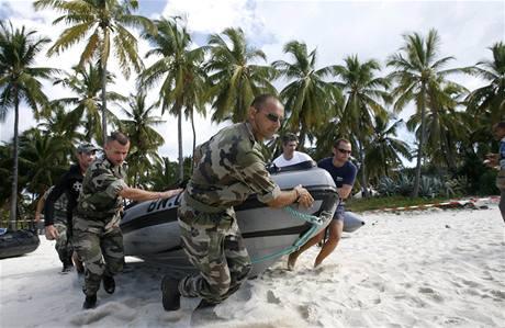 Záchranáří pátrají u Komor po troskách a tělech z jemenského airbusu