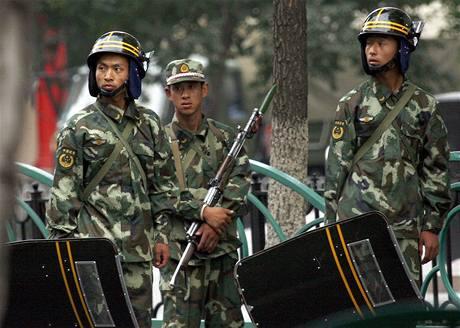 Protesty v ulicích Urumči utly tisíce čínských vojáků (9. července 2009)