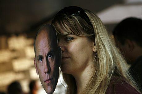 Návštěvnice festivalu s maskou Johna Malkoviche.