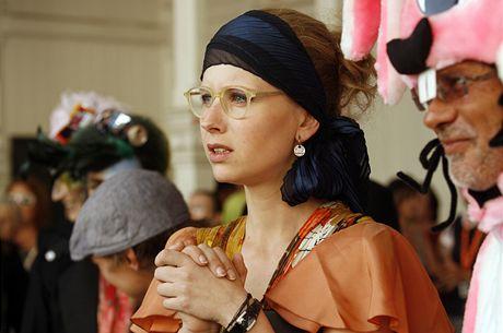 Kostýmní výtvarnice zaujala odvážnou modrou stuhou ve vlasech.