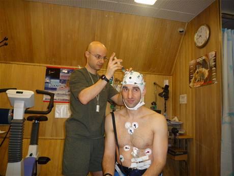 Mars 500 - Oliver Knickel při přípravě na měření aktivity mozku a současně i činnosti srdce a systému krevního oběhu. Pomáhá mu Cyrille Fournier.