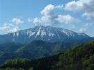 Rakouské turistické vesničky - pohled na masiv Ötscheru-Teufel